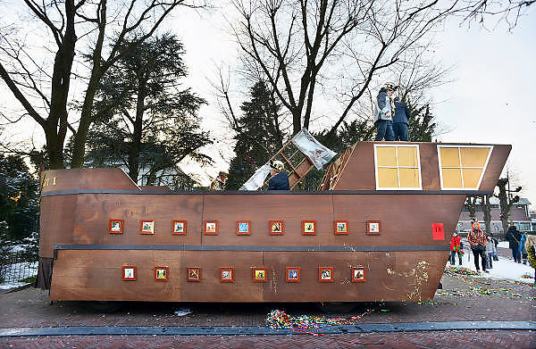 Nederland, Wijchen, 10-2-2013Carnavalsoptocht in Wijchen, ofwel Urnengat. De praalwagen van carnavalsvereniging de Wozokotten uit Woezik is voortijdig gestrand en wordt voor de veiligheid van losse onderdelen ontdaan.Foto: Flip Franssen/Hollandse Hoogte