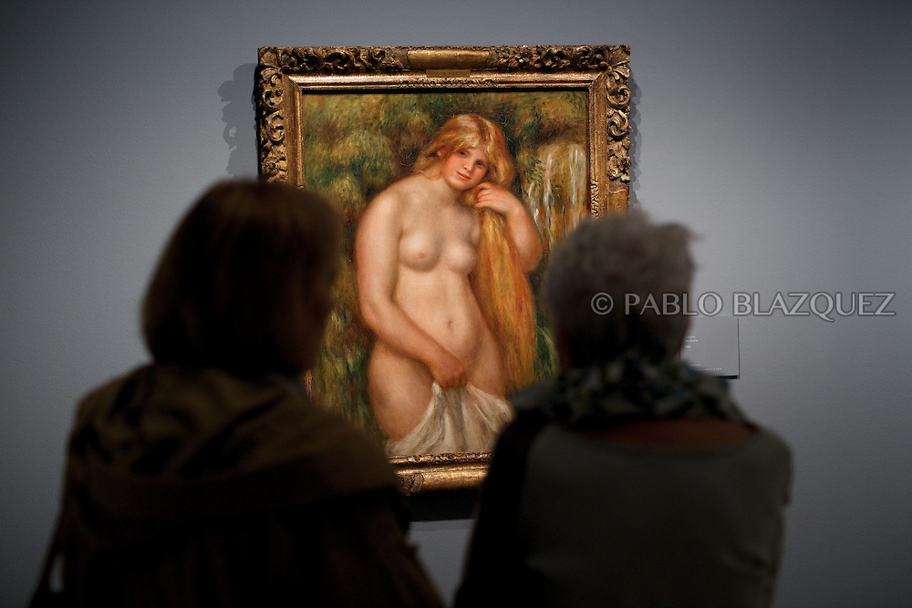 A member of the press looks at Pierre Auguste-Renoir's work 'The Source', painted in 1906 at the Museum Thyssen-Bornemisza on October 17, 2016 in Madrid, Spain. 'Renoir: Intimacy' features 78 works by French painter Renoir (1841-1919) borrowed from museums and collections from around the world and will be open to the public from October 18, 2016 to January 22, 2017 (© Pablo Blazquez)