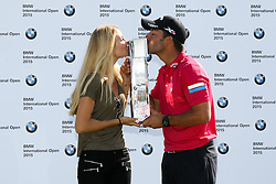 28.06.2015, Golfclub München Eichenried, Muenchen, GER, BMW International Golf Open, Tag 4, im Bild l-r: Freundin Gala Ortin und Pablo Larrazabal (ESP) kuessen den Pokal // during te finals of BMW International Golf Open at the Golfclub München Eichenried in Muenchen, Germany on 2015/06/28. EXPA Pictures © 2015, PhotoCredit: EXPA/ Eibner-Pressefoto/ Kolbert<br /> <br /> *****ATTENTION - OUT of GER*****