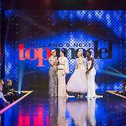 NLD/Amsterdam/20161025 - finale Holland Next Top mwinnares Akke Marijeodel 2016, presentatrice Anouk Smulders - Voorveld en model Emma Hagers