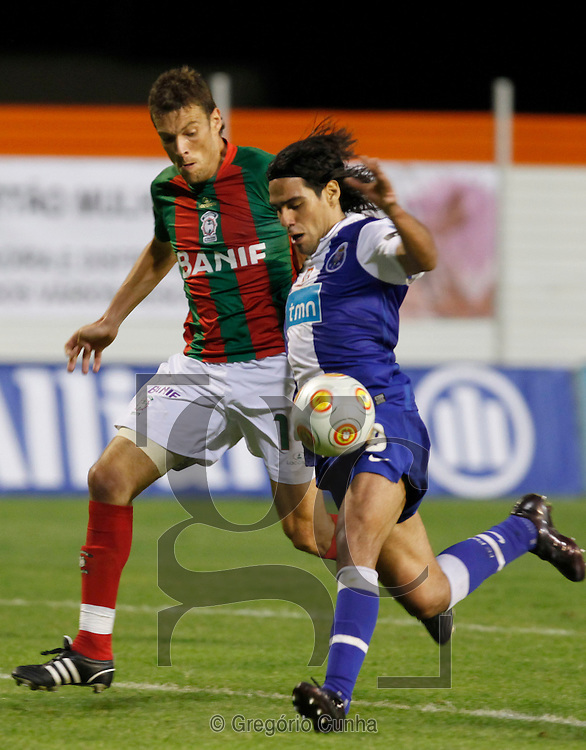 Portugal, Funchal: Maritimo player,Fernando (L), fights for the ball with F.C. Porto opponent, Farias(R), during their first league soccer match held at the Barreiros stadium, Funchal, Madeira Island, Portugal, 8 November 2009..Photo Gregorio Cunha.Liga Sagres, Estadio dos Barreiros, Ilha da Madeira, Portugal.Maritimo vs FC Porto.Fernando e Farias.Foto Gregorio Cunha