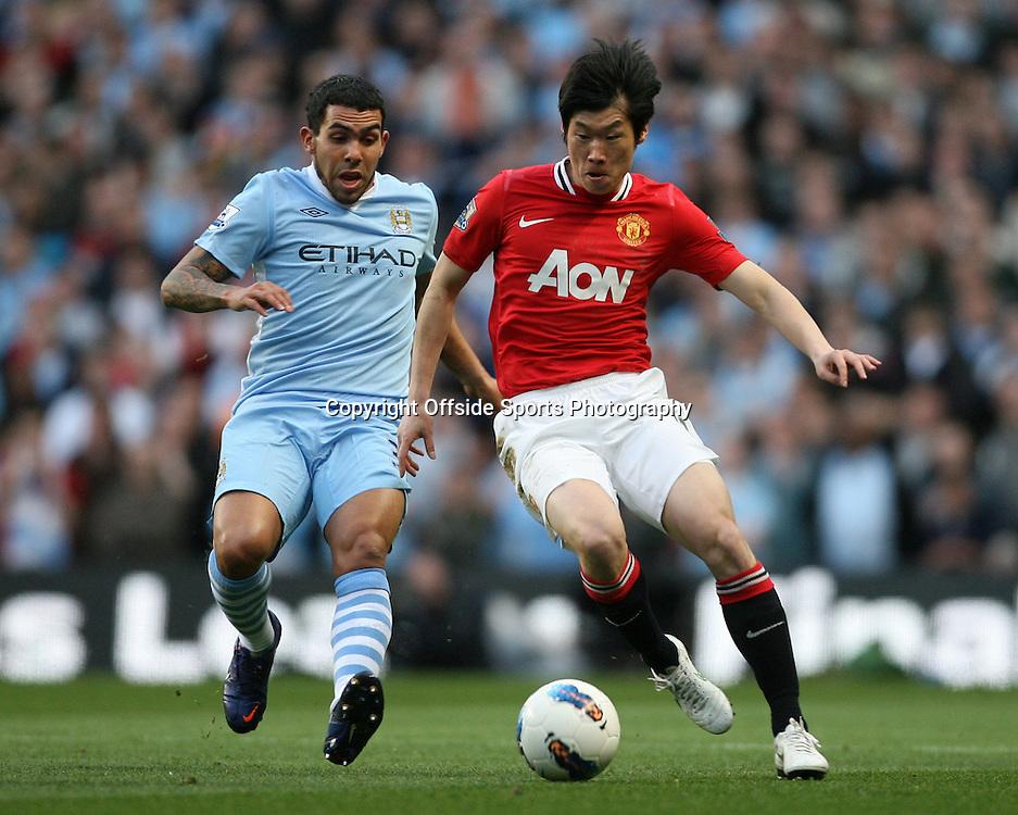 30/04/2012 - Barclays Premier League - Manchester City vs. Manchester United - Ji-Sung Park of Man Utd battles with Carlos Tevez of Man City - Photo: Simon Stacpoole / Offside.