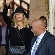 NLD/Amsterdam/20130606 - Barbra Streisand vertrekt bij haar hotel in Amsterdam met haar bodyuard naar haar concert in de Ziggodome - Barbra Streisand leaving her hotel in Amsterdam together with her bodyguard om her way to her concert
