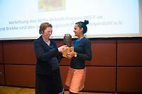 DEU, Deutschland, Germany, Berlin, 04.12.2017: Staatsekretärin Sawsan Chebli (SPD) übergibt den Preis an die norwegische Journalistin Ingrid Brekke (L) bei der Willy-Brandt-Preisverleihung der Norwegisch-Deutschen Willy-Brandt-Stiftung.