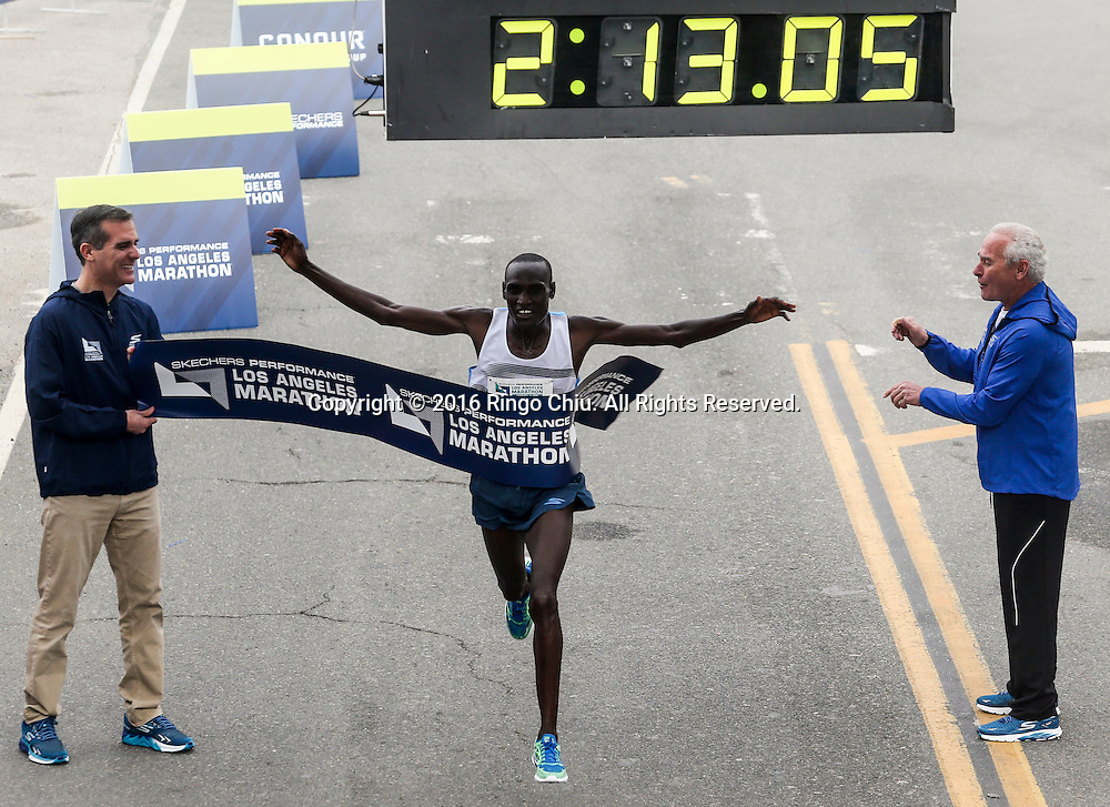 2月14日,获得男子组冠军的肯尼亚选手基鲁伊韦尔登冲过终点。当日,第31届洛杉矶马拉松赛在美国洛杉矶举行。赛事以道奇体育场为起点,途中经过好莱坞星光大道,以圣塔莫尼卡海滩为终点,总长26.2英里,超过25,000名来自美国50个州和62个国家选手参加。新华社发 (赵汉荣摄)<br /> Weldon Kirui of Kenya, crosses the finish line to win the the 31st LA Marathon in Los Angeles, the United States, Sunday, Feb. 14, 2016. More than 25,000 runners from all 50 states and 62 countries participated the 26.2-mile event began at Los Angeles Dodger Stadium and went through Los Angeles, West Hollywood and Beverly Hills and ended in Santa Monica.  (Xinhua/Zhao Hanrong) (Photo by Ringo Chiu/PHOTOFORMULA.com)<br /> <br /> Usage Notes: This content is intended for editorial use only. For other uses, additional clearances may be required.