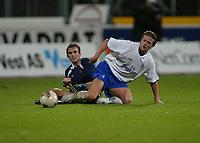 Fotball, 3. oktober 2002. Stavanger Stadion,  Viking - Chelsea. Emmanuel Petit, Chelsea og Trygve Nygaard,  Viking.