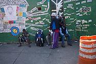 FEIRA DA KANTUTA - Imigrantes que habitam uma casa para refugiados vizinha à praça da Kantuta frequentam a feira boliviana. Homens de Camarões, Paquistão e do Congo se mantinham reunidos em um canto da praça Kantuka, no bairro Canindé, em São Paulo. 19/06/2016