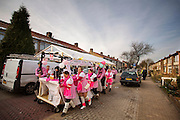 In Zevenaar duwt een carnavalsgroep hun wagen weer terug na afloop van de optocht.<br />