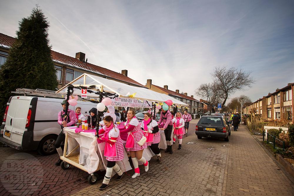In Zevenaar duwt een carnavalsgroep hun wagen weer terug na afloop van de optocht.<br /> <br /> In Zevenaar a carnival group is pushing their wagon back after the parade.