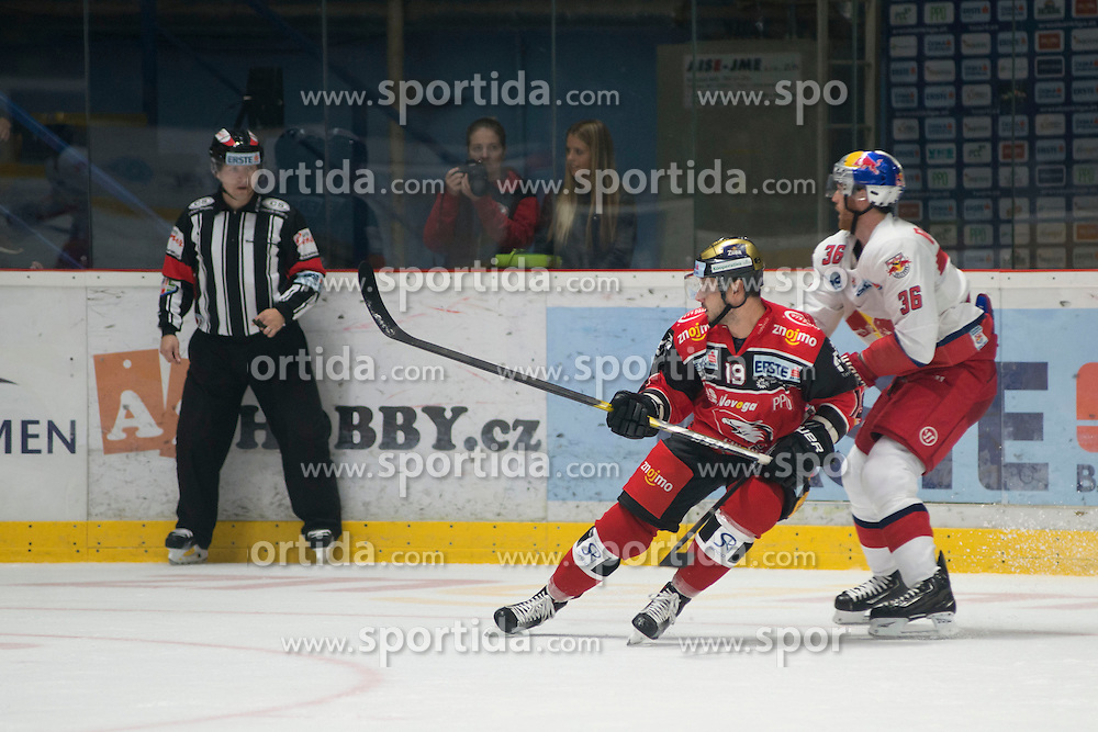 16.09.2016, Ice Rink, Znojmo, CZE, EBEL, HC Orli Znojmo vs EC Red Bull Salzburg, 1. Runde, im Bild v.l. Roman Tomas (HC Orli Znojmo) Mark Emmett Flood (EC Red Bull Salzburg ) // during the Erste Bank Icehockey League 1st Round match between HC Orli Znojmo and EC Red Bull Salzburg at the Ice Rink in Znojmo, Czech Republic on 2016/09/16. EXPA Pictures © 2016, PhotoCredit: EXPA/ Rostislav Pfeffer