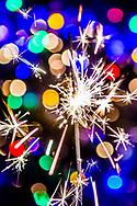 rotterdam - een meisje steekt sterretjes tijdens de jaarswisseling , vuurwerk nieuwjaar 2018  ROBIN UTRECHT