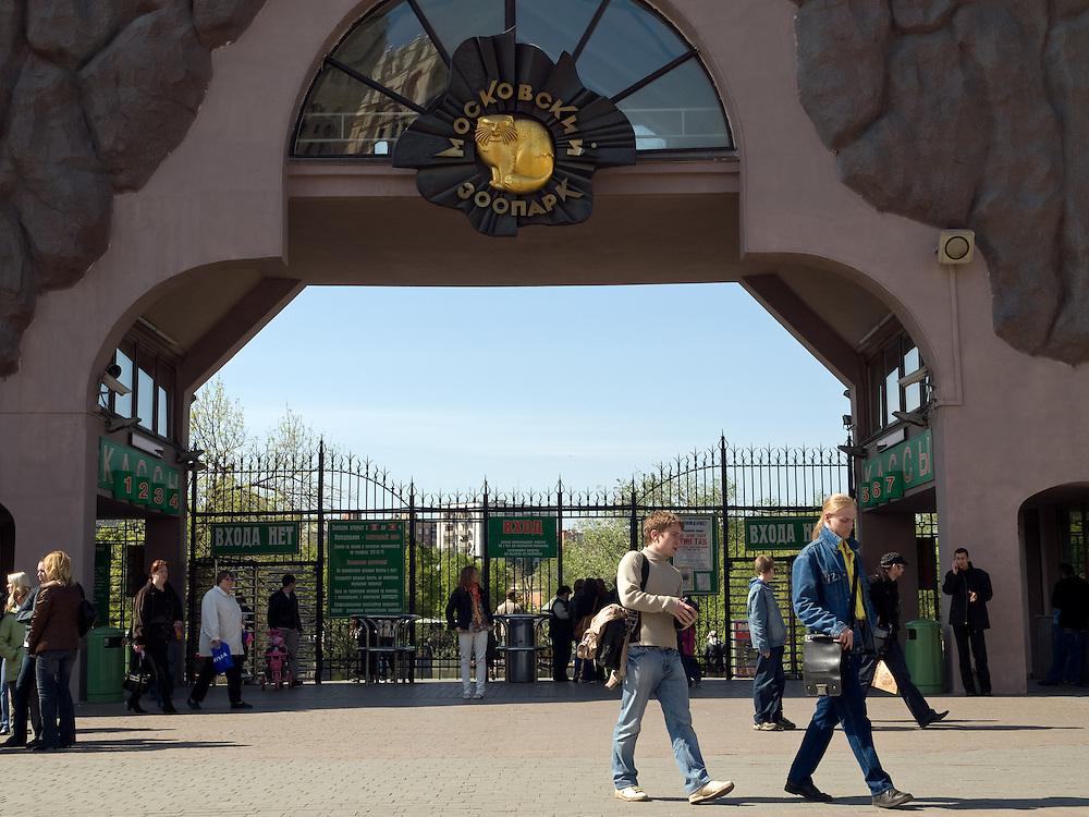 Der Moskauer Zoo wurde 1864 er&ouml;ffnet und ist damit der &auml;lteste Zoo Russlands. Hier werden rund 1000 Tierarten mit &uuml;ber 6.500 Exemplaren, vom Rotwolf &uuml;ber den Zobel bis zu den Elefanten, gehalten. Im &quot;Exotarium&quot;, einer Art Aquarium, kann man Unterwasserwelten samt Fauna tropischer Meere bewundern. Der Zoo wurde von 1990 bis 1997 grundlegend modernisiert und auf seine heutige Fl&auml;che von rund 21,5 Hektar erweitert. <br /> <br /> Main etrance of the Mocow Zoo. The Moscow Zoo is the largest and oldest zoo in Russia - It was founded in 1864.