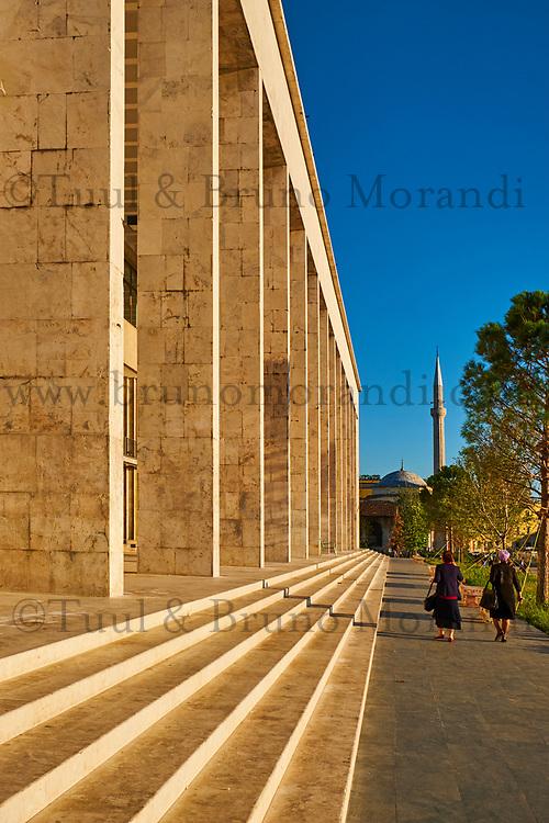 Albanie, Tirana, place Skanderbeg, palais de la culture // Albania, Tirana, Skanderbeg square, culture palace