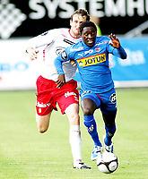 Fotball , <br /> Tippeligaen , <br /> 12.07.09 , <br /> Fredrikstad stadion , <br /> Fredrikstad FFK - Sandefjord , <br /> Raio Piiroja i duell med Malick Mane, <br /> Foto: Thomas Andersen / Digitalsport