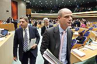 Nederland. Den Haag, 27 oktober 2010.<br /> De Tweede Kamer debatteert over de regeringsverklaring van het kabinet Rutte.<br /> De fractievoorzitters van de coalitie, regeringspartijen verlaten de zaal voor gezamenlijk overleg over de in stemming gebrachte moties..Sybrand Van Haersma Buma, Geert Wilders en Stef Blok<br /> Kabinet Rutte, regeringsverklaring, tweede kamer, politiek, democratie. regeerakkoord, gedoogsteun, minderheidskabinet, eerste kabinet Rutte, Rutte1, Rutte I, debat, parlement, coalitie<br /> Foto Martijn Beekman