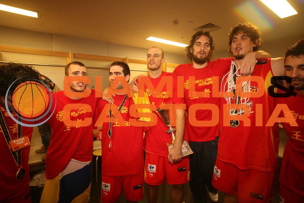 DESCRIZIONE : Saitama Giappone Japan Men World Championship 2006 Campionati Mondiali Final Greece-Spain <br /> GIOCATORE : Team Spagna Locker Room Spogliatoio <br /> SQUADRA : Spain Spagna <br /> EVENTO : Saitama Giappone Japan Men World Championship 2006 Campionato Mondiale Final Greece-Spain <br /> GARA : Greece Spain Grecia Spagna <br /> DATA : 03/09/2006 <br /> CATEGORIA : Esultanza <br /> SPORT : Pallacanestro <br /> AUTORE : Agenzia Ciamillo-Castoria/M.Metlas <br /> Galleria : Japan World Championship 2006<br /> Fotonotizia : Saitama Giappone Japan Men World Championship 2006 Campionati Mondiali Final Greece-Spain <br /> Predefinita :