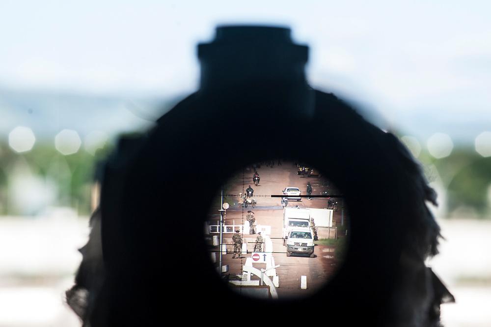 11/10/2013. Bangui. Republique Centrafricaine. Mission de sécurisation de l'aéroport de Bangui des chasseurs alpins du 27e bataillon. Vue de l'entrée de l'aéroport  à travers de la lunette du fusil de précision. ©Sylvain Cherkaoui pour Jeune Afrique