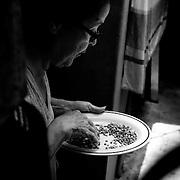 APUNTES SOBRE MI VIDA: LA PASTORA I - 2009/10<br /> Photography by Aaron Sosa<br /> Carmen Cecilia Rojas Perez, escogiendo los granos para el almuerzo.<br /> La Pastora, Caracas - Venezuela 2009<br /> (Copyright © Aaron Sosa)
