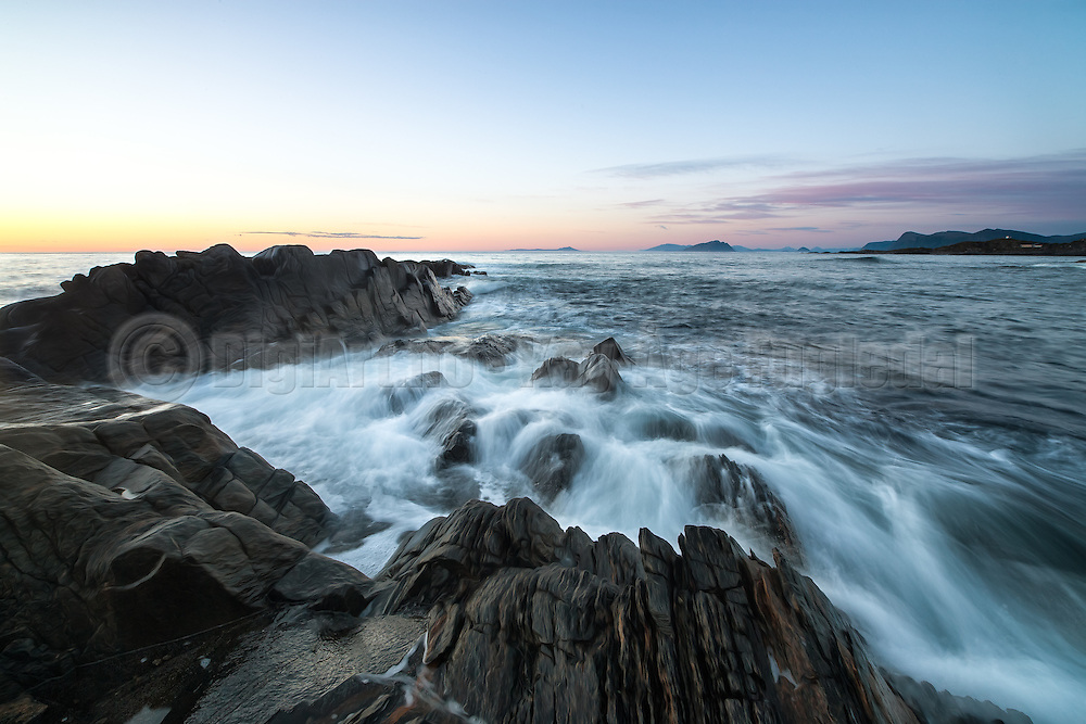 Wave refraction at shore. Goksøyr, Runde, Norway | Bølgebrytning i fjæra ved Goksøyr, Runde, Norge