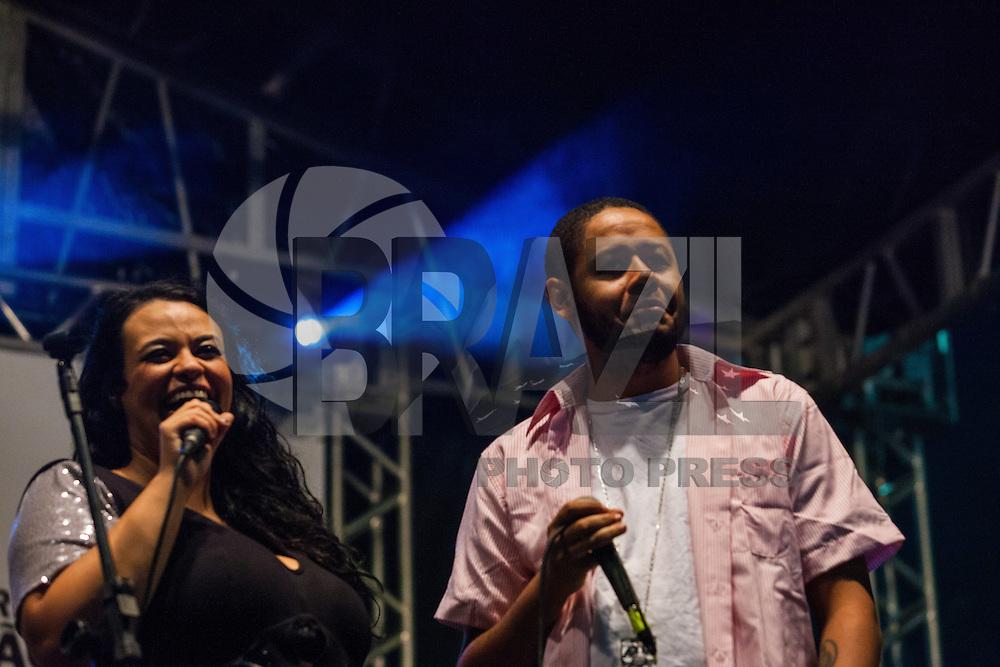 SÃO PAULO, SP, 11 DE MAIO DE 2013 - COMEMORAÇÃO DIAS DAS MÃES - A cantora Tulipa Ruiz  e o  rapper Emicida fazem show em evento organizado pela Prefeitura de São Paulo, que comemora o Dia das Mães no Vale do Anhangabaú, zona central da cidade, neste sábado (11). (FOTO: RICARDO LOU/BRAZIL PHOTO PRESS