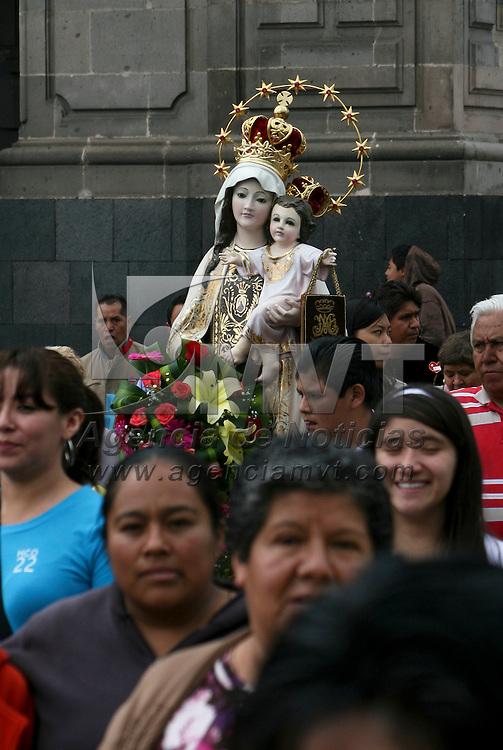 Toluca, México.- Comerciantes del Mercado 16 de Septiembre  realizaron un recorrido por  el primer cuadro de Toluca con una imagen de la virgen del Carmen como agradecimiento a los favores recibidos en el lugar. Agencia MVT / José Hernández