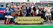 ARNHEM - Koning Willem-Alexander en koningin Maxima poseren voor een nationaal portret tijdens hun bezoek aan Arnhem in de provincie Gelderland. Het koninklijk paar bezoekt, in het teken van de 'royal tour', de aankomende tijd de 12 provincies. ANP HANDOUT ROYAL IMAGES KOEN VAN WEEL **NO ARCHIVES NO SALES**
