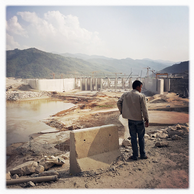 Travel - Reise - Thailand and Laos - DIARY; Here: Mekong Staudamm Xayaburi; The Xayaburi Dam is a hydroelectric dam under construction on the Lower Mekong River approximately 30 kilometres (19 mi) east of Xayaburi (Sainyabuli) town in Northern Laos;construction site, worker ...; © Christian Jungeblodt