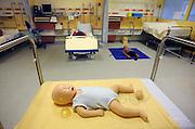 Nederland, Nijmegen, 23-4-2009In het UMC Radboud ziekenhuis is een modern Skills lab geopend. Hier kunnen medewerkers, studenten, verpleegkundigen zich bekwamen in het oefenen van verschillende klinische situaties. Er is onder andere een computergestuurde simulator, waarbij vanuit een aparte ruimte de toestand van een traumasituatie kan worden gestuurd, zodat de artsen en verpleegkundigen voor onverwachtte problemen komen te staan. Foto: Flip Franssen