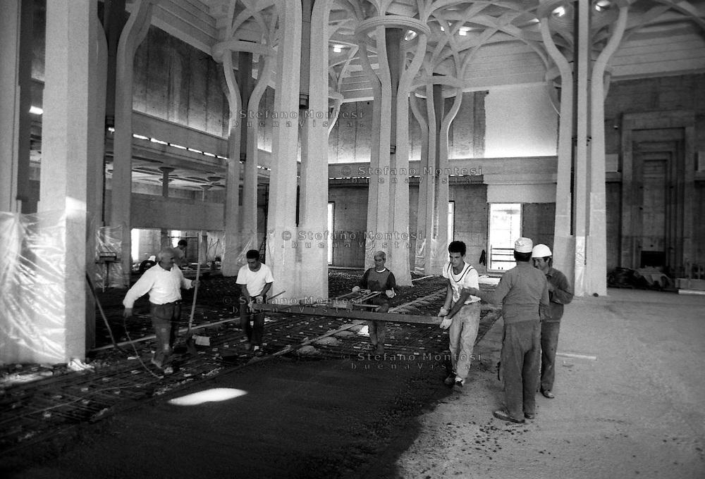 Roma Ottobre 1989.<br /> La Grande  Moschea di Roma.Operai  durante i lavori di costruzione della Moschea. <br /> Rome October 1989.The Great Mosque of Roma. Workers during the construction of the Mosque.