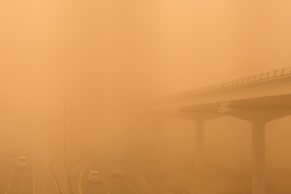 DUBAI - Low visibility on the highway during the massive sandstorm that hit the Emirates on thursday. ANP COPYRIGHT JURRIAAN BROBBEL
