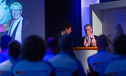 08-04-2016 NED: Challenge Diabetes on Tour, Arnhem<br /> Vandaag was de presentatie van de ploeg dat de roze trui in Milaan gaat ophalen. Op maandag 25 april 2016 vertrekken ze met een team bestaande uit mensen met diabetes en een begeleidingsteam naar Milaan. Na het overhandigen van de roze trui fietsen ze van 26 april t/m 3 mei in 8 dagen 1.190 km van Milaan naar Gelderland om daar op 4 en 5 mei 2016 een promotietour met de roze trui door de provincie te maken. Op 5 mei 2016 wordt de roze trui, vlak voor de ploegenpresentatie op het Marktplein in Apeldoorn, overhandigd aan de provincie / Bas van de Goor en gedeputeerde Jan Markink