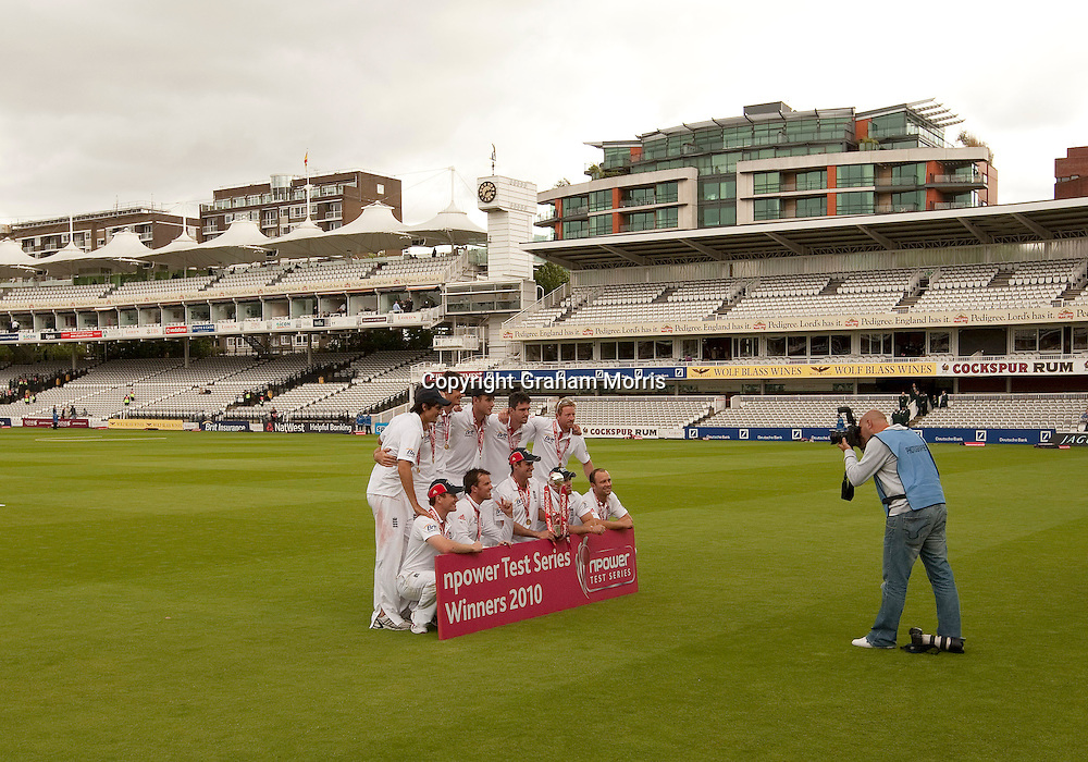 Let down...England pose for just one photographer in an almost empty ground after beating Pakistan in the final npower Test Match at Lord's.  Photo: Graham Morris (Tel: +44(0)20 8969 4192 Email: sales@cricketpix.com) 29/08/10