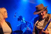 Uitreiking van de Edisons in de Melkweg, Amsterdam.<br /> <br /> Op de foto:<br /> <br />  Het optreden bij de Edisons; Edisons winnaars Normaal en Anouk treden samen op.