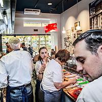 Nederland, Amsterdam, 30 oktober 2016.<br /> <br /> Drukte en hectiek tijdens opening van de nieuwe beroemde koosjere broodjeszaak Sal Meijyer aan de Buitenvelderselaan 114.<br /> <br /> Foto: Jean-Pierre Jans