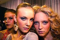 22/06/2004 - Backstage do São Paulo Fashion Week verão 2005. Modelos aguardam pra entrar na passarela.