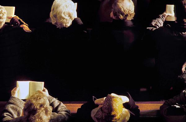 Nederland, Wylre, 18-10-2002Kerkgangers in de kerk bidden.Foto: Flip Franssen