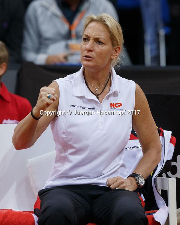 Fed Cup GER-UKR, Deutschland - Ukraine, <br /> Porsche Arena , Stuttgart,<br /> Team Chefin Barbara Rittner (GER) sitzt auf der Bank, macht die Faust und feuert an,Emotion,