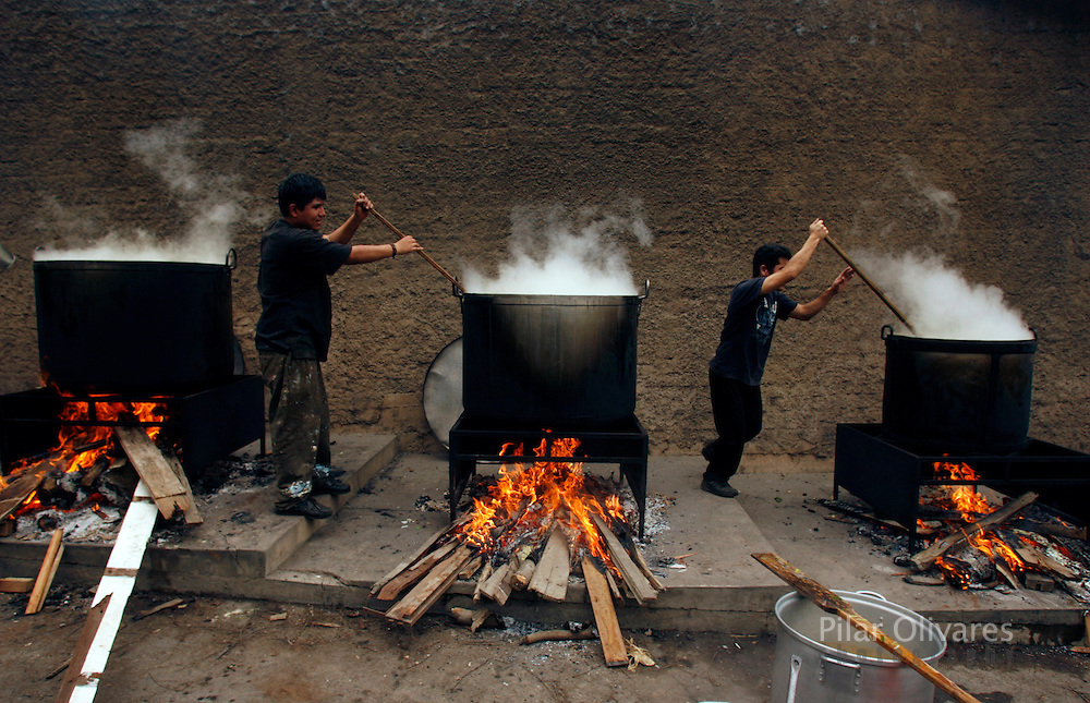 People cook a soup called 'porciuncula' during La Porciuncula, a religious activity where Franciscan priests give food to poor people, at the convent of Los Descalzos in Lima, Peru August 2, 2007. REUTERS/Pilar Olivares(PERU)