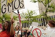 Un manifestante protestan conta Monsanto. El 25 de mayo de 2013, centenares de personas salieron a las calles de Denver a manifestarse en contra de la corporacion Monsanto, productora de herbicidas y semillas geneticamente modificadas, entre otros.  Esta accion se realizoD en mas de 400 ciudades en mas de 50 paies alrededor del mundo. Photo: Graham Charles/Imagenes Libres.