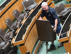 30.08.2017, Parlament, Wien, AUT, Parlament, Abbau des Mobiliar im Nationalratssitzungssaal. im Bild Arbeiter demontieren die Sessel Plenarsaal // Workers dismount seats during removal of furnishings of the National Council hall at the Austrian Parliament in Vienna, Austria on 2017/08/30. EXPA Pictures © 2017, PhotoCredit: EXPA/ Michael Gruber