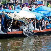 NLD/Amsterdam/20110806 - Canalpride Gaypride 2011, zware regenval, slecht weer
