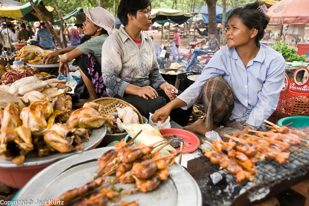 02 JULY 2006 - UDONG, CAMBODIA: A woman grills frogs for customers at a picnic area in Udong, Cambodia. Grilled frogs are a Cambodian delicacy. Photo by Jack Kurtz / ZUMA Press