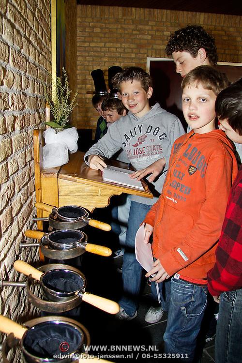 NLD/Huizen/20100421 -  school bekijkt de Goede Herderkerk project Kerkenpad