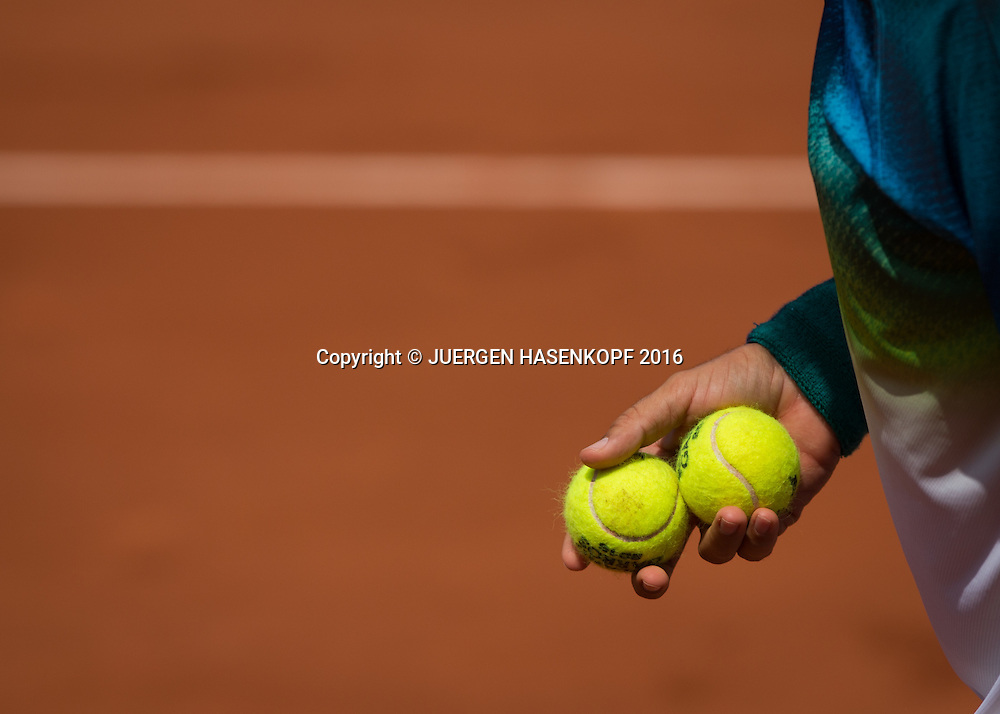 Fernando Verdasco (ESP) haelt Baelle in der Hand ,Nahaufnahme,Detail,<br /> <br /> Tennis - French Open 2016 - Grand Slam ITF / ATP / WTA -  Roland Garros - Paris -  - France  - 27 May 2016.