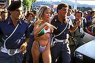 Anna Moana Rosa Pozzi (Genova, 27 aprile 1961 - Lione, 15 settembre 1994), pornostar, attrice e showgirl italiana. .Moana Pozzi durante i mondiali di calcio Italia 90, davanti allo stadio Olimpico viene salvata da due agenti di Polizia dall'entusiasmo dei fans