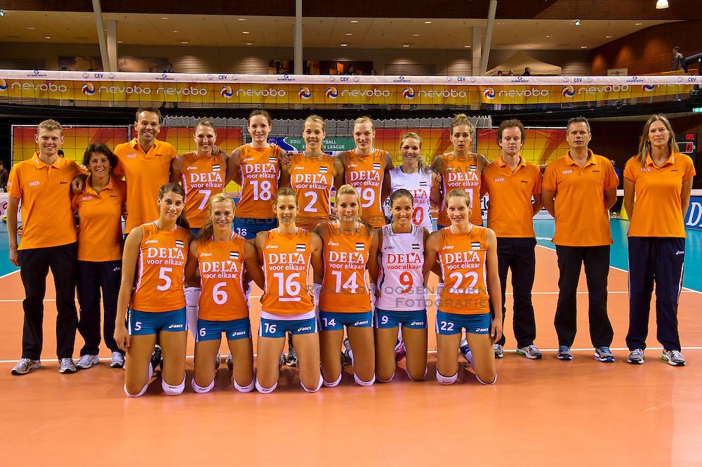 08-06-2012 VOLLEYBAL: EUROPEAN LEAGUE NEDERLAND - GRIEKENLAND: ALMERE<br /> Teamfoto Nederland, o.a. 5 Robin de Kruijf, 6 Maret Grothues, 9 Myrthe Schoot, 11 Caroline Wensink, 14 Laura Dijkema, 16 Debby Stam-Pilon, 18 Lonneke Sloetjes<br /> &copy;2012-FotoHoogendoorn.nl / Peter Schalk