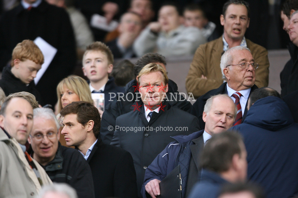 MANCHESTER, ENGLAND - SUNDAY, JANUARY 22nd, 2006: Benfica's manager Ronald Koeman watches Manchester United take on Liverpool during the Premiership match at Old Trafford. Benfica knocked Manchester United out of the UEFA Champions League and now face the holders, five time winners Liverpool. (Pic by David Rawcliffe/Propaganda)