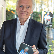 """NLD/Laren/20171113 - Boekpresentatie Ben Cramer  """"meer dan een clown"""", Ben Cramer met zijn boek"""
