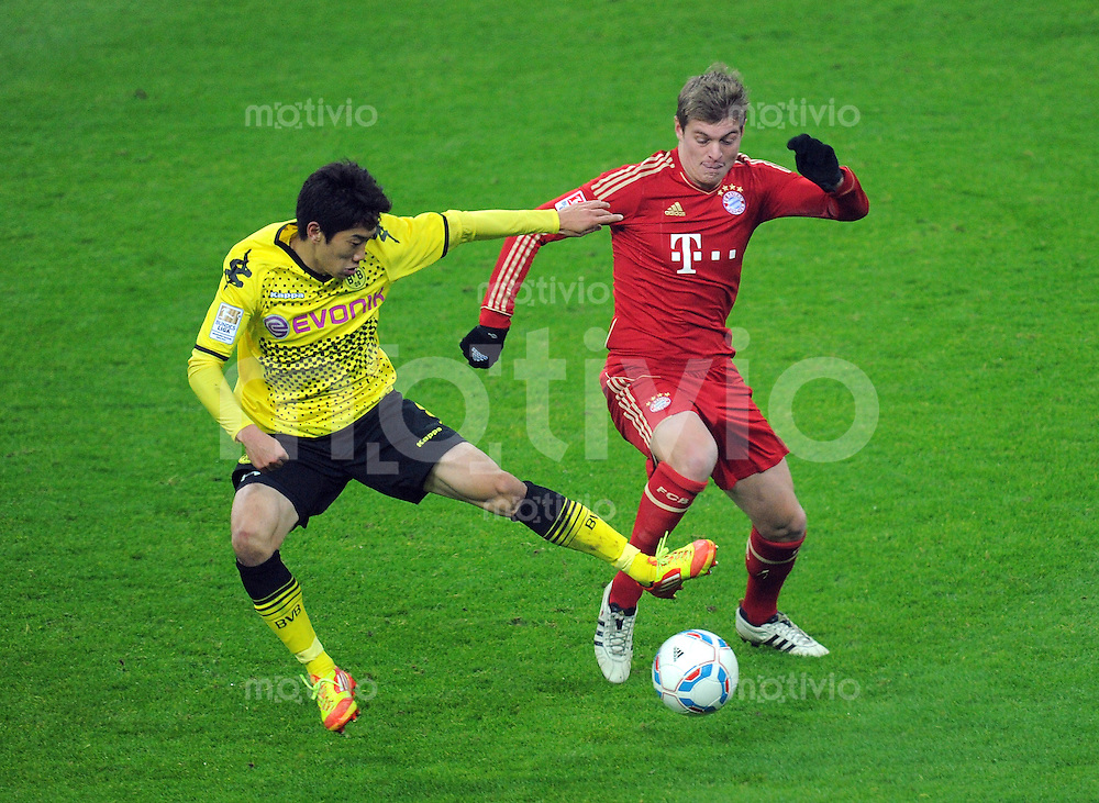 FUSSBALL   1. BUNDESLIGA  SAISON 2011/2012   13. Spieltag FC Bayern Muenchen - Borussia Dortmund        19.11.2011 Shinji Kagawa (li, Borussia Dortmund) gegen Toni Kroos (FC Bayern Muenchen)