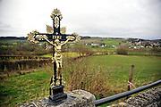 Nederland, Epen, 8-2-2014Het heuvelachtige landschap rond Vaals en Epen. Langs de weg staat een crucifix, kruisbeeld. De limburgse heuvels worden veel gebruikt door wielrenners en andere recreatiev en sportieve fietsers.Foto: Flip Franssen
